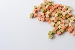 カラフルなドッグフードの粒の画像