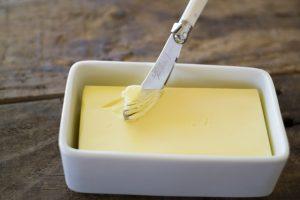 バターとバターナイフの画像