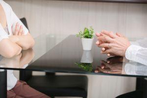 会議をしている男女の画像